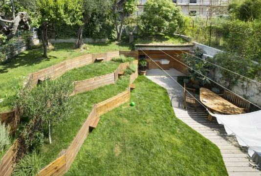Côté jardin : les murets, escaliers et dallages